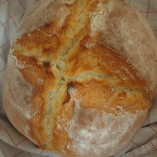 Συνταγή για τραγανό ψωμί στη γάστρα χωρίς ζύμωμα