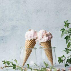 Λαχταριστό παγωτό φράουλα με 2 υλικά; Κι όμως γίνεται!